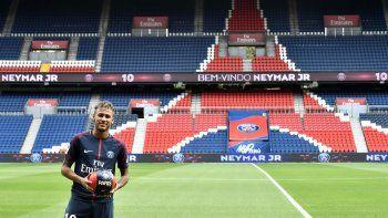 En esta foto de archivo tomada el 4 de agosto de 2017, la superestrella brasileña Neymar posa con un balón durante su presentación oficial en el estadio Parc des Princes de París.
