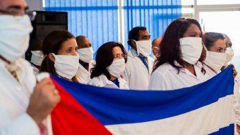 Un grupo de 15 médicos cubanos arribó al aeropuerto deMartinique-Aime-Cesaire para una misión de tres meses en Francia por la pandemia del coronavirus, el 26 de junio de 2020.