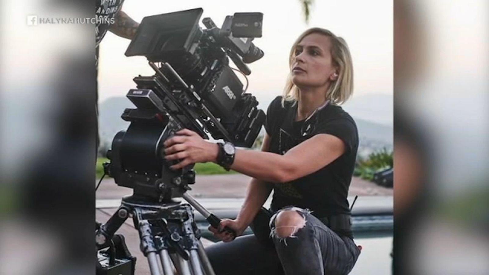La directora de fotografía Halyna Hutchins murió en un set de rodaje cuando Alec Baldwin disparó un arma de fuego de utilería el 21 de octubre de 2021.