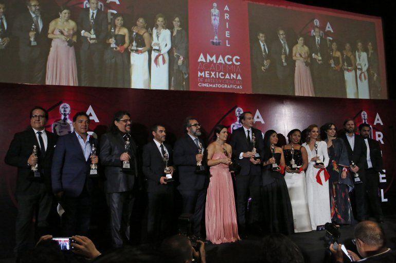 """El elenco y el equipo de producción de la cinta de Netflix """"Roma"""" reciben el premio a mejor película en la pasada edición de los Premios Ariel de la Academia Mexicana de Artes y Ciencias Cinematográficas"""