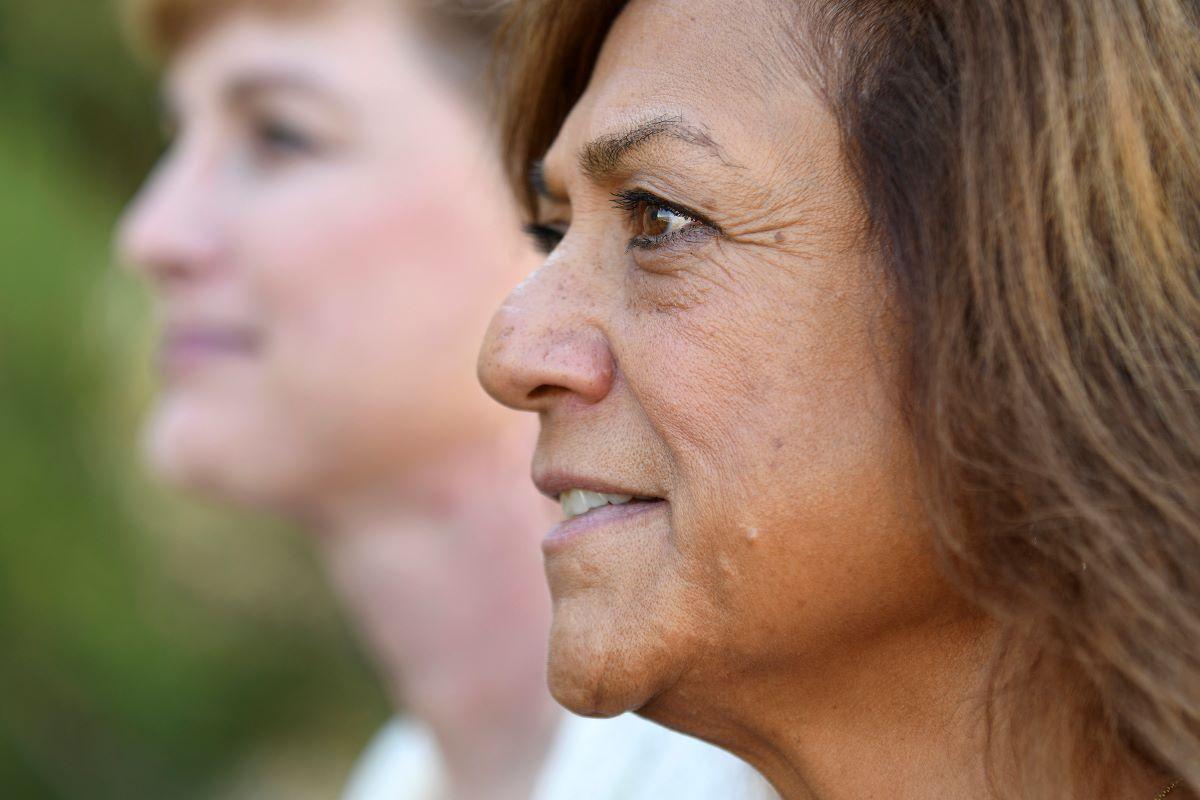 Leilani Lutali, en primer plano, y su amiga Jaimee Fougner posan para una foto el jueves 7 de octubre de 2021, en Colorado Springs, Colorado. Lutali se enteró recientemente de que su hospital no aprobaría su operación de trasplante de riñón hasta que se pusiera la vacuna contra el COVID-19.