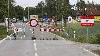 En esta imagen de archivo del 13 de mayo de 2020, una barrera corta la carretera en el paso fronterizo cerrado entre Austria y República Checa cerca de Reinthal, Austria. Los países de la UE acordaron el martes 13 de octubre unas recomendaciones comunes para viajes durante la pandemia.