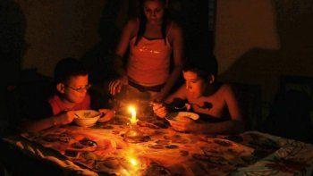 El régimen cubano se muestra incapaz de resolver el problema de los apagones y no pudo dar una fecha para el restablecimiento del sistema eléctrico