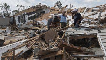 Una pareja reacciona mientras atraviesan su casa móvil destruida tras el paso del huracán Laura en Lake Charles, Louisiana, el 27 de agosto de 2020.
