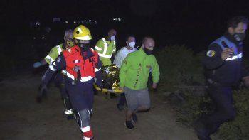 Socorristas cargan el cuerpo de un migrante frente a la isla de Lanzarote, islas Canarias, viernes 18 de junio de 2021. Las autoridades españolas dijeron que cuatro personas murieron al naufragar un bote con 45 migrantes.