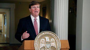 El gobernador de Mississippi, Tate Reeves, pronuncia un discurso televisado antes de firmar una iniciativa para retirar la última bandera estatal con el emblema confederado en Estados Unidos, durante una ceremonia en la mansión del gobernador en Jackson, Mississippi.