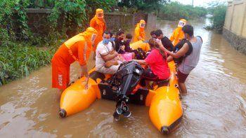 Esta foto distribuida por la Fuerza Nacional de Respuesta a los Desastres (NDRF) de la India muestra personal de la agencia cuando rescata a gente de la inundación en Bhiwandi, estado de Maharashtra, 22 de julio de 2021