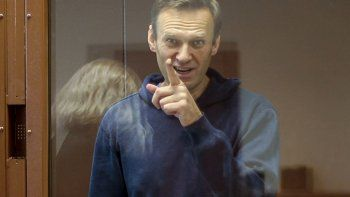 En esta foto tomada de un video distribuido por la corte distrital de Babuskinsky, el martes 16 de febrero de 2021, el líder opositor ruso Alexei Navalny habla en una audiencia durante su juicio por difamación en Moscú.