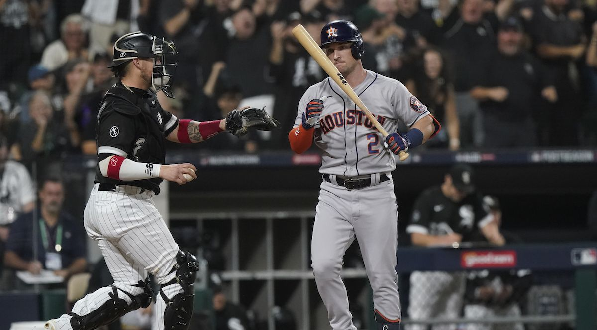 Alex Bregman (2) de los Astros de Houston tras poncharse ante los Medias Blancas de Chicago, el domingo 10 de octubre de 2021.