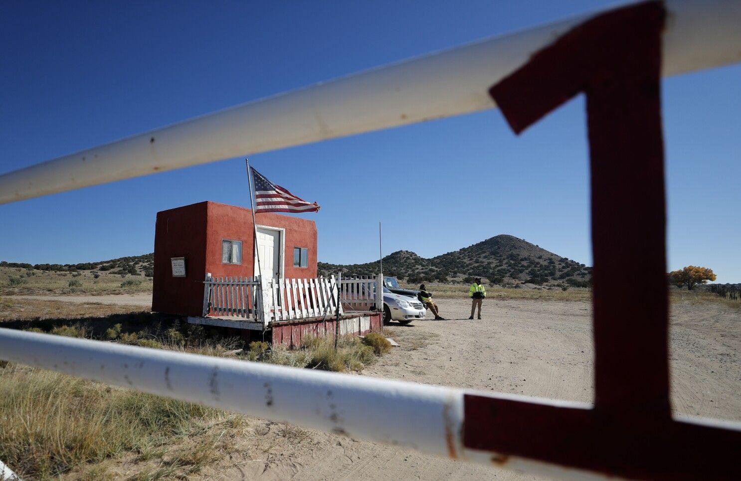 Agentes de seguridad privada en la entrada del rancho usado para filmaciones Bonanza Creek Film Ranch en Santa Fe, Nuevo México el 22 de octubre de 2021. El actor Alec Baldwin disparó un arma de utilería en el set de un western que estaba being filmado en el rancho el jueves 21 de octubre de 2021 provocando la muerte de la cinefotógrafa Halyna Hutchins, dijeron autoridades.