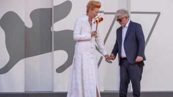 El director Pedro Almodóvar y la actriz Tilda Swinton posan en la alfombra roja del estreno de La voz humana en la 77ma edición del Festival de Cine de Venecia.