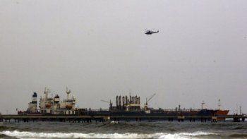 En esta imagen del 25 de mayo de 2020, el petrolero iraní Fortune aparece anclado en el muelle de la refinería El Palito cerca de Puerto Cabello, Venezuela.