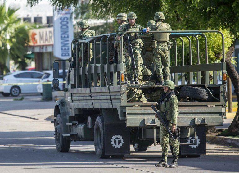 Soldados mexicanos patrullan la ciudad un día después de un tiroteo entre delincuentes y fuerzas de seguridad en Culiacán