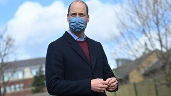 El príncipe William de Gran Bretaña, duque de Cambridge, reacciona a una pregunta de los medios de comunicación cuando se marcha de una visita a School21 tras su reapertura después de la flexibilización de las restricciones de bloqueo por coronavirus en el este de Londres el 11 de marzo de 2021.
