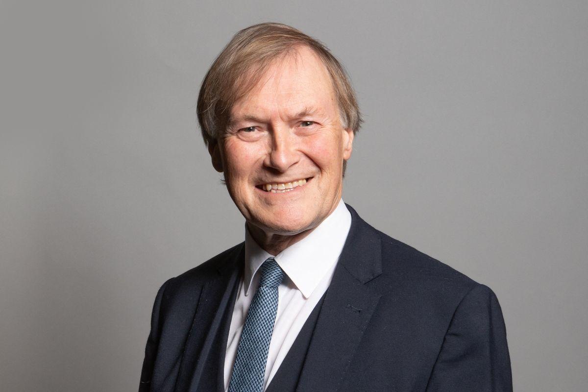 Una fotografía sin fecha publicada por el Parlamento del Reino Unido muestra al diputado conservador de Southend West, David Amess, posando para una fotografía oficial en las Casas del Parlamento en Londres.