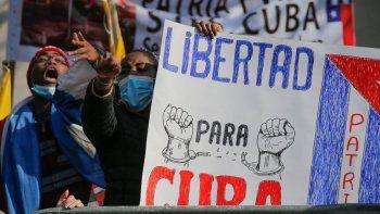 """Los cubanos residentes en Chile protestan con un cartel que dice """"Libertad"""" contra el gobierno cubano frente a la Embajada de Cuba en Santiago el 16 de julio de 2021, en apoyo a las protestas que tuvieron lugar en la isla."""