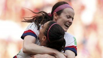 La mediocampista de Estados Unidos Rose Lavelle, arriba, celebra con Alex Morgan tras anotar el segundo gol de su equipo en la final de la Copa del Mundo contra Holanda en el Stade de Lyon en Decines, en las afueras de Lyon, Francia, el domingo, 7 de julio del 2019. Estados Unidos ganó 2-0 y se llevó el título.