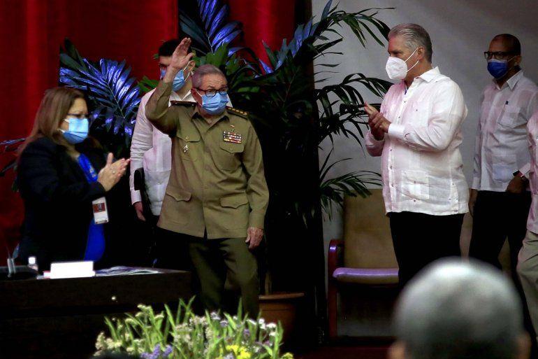 Raúl Castro saluda en la sesión inaugural del VIII Congreso del Partido Comunista de Cuba mientras el gobernante cubano Miguel Díaz-Canel