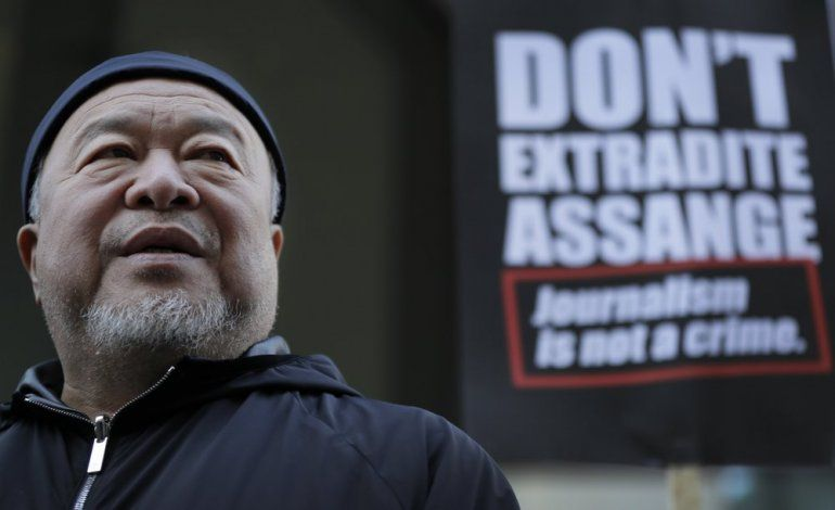 El artista contemporáneo chino y activista Ai Weiwei durante unaprotesta frente a la corte penal de Londres en apoyo a Julian Assange durante su audiencia de extradición en Londres el lunes 28 de septiembre de 2020.