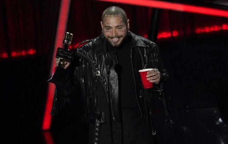 Post Malone acepta el premio al mejor artista en los Billboard Music Awards el miércoles 14 de octubre de 2020 en el Dolby Theatre de Los Ángeles.