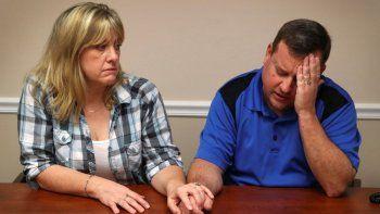 En la foto del 17 de febrero de 2018, Kimberly y James Snead recuerdan el día del tiroteo en la escuela secundaria Marjory Stonemason Douglas de Parkland, Florida, donde se perpetró una masacre de 17 personas. Los Snead deploran haber alojado al presunto autor de la masacre, Nikolas Cruz.