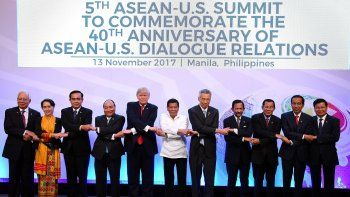 El primer ministro malasio, Najib Razak; la líder de facto birmana, Aung San Suu Kyi; el primer ministro tailandés, Prayut Chan-O-Cha; su homólogo vietnamita, Nguyen Xuan Phuc; el presidente estadounidense, Donald J.Trump; su homólogo filipino, Rodrigo Duterte; el primer ministro singapurense, Lee Hsien Loong; el sultán de Brunei, Hassanal Bolkiah; el primer ministro de Laos, Thongloun Sisoulith, el presidente indonesio, Joko Widodo, y el primer minsitro camboyano, Hun Sen, posan para una foto oficial durante la 40ª cumbre conmemorativa ASEAN-EEUU, celebrada en el ámbito de la cumbre de la Asociación de Naciones del Sudeste Asiático (ASEAN) en Manila (Filipinas).