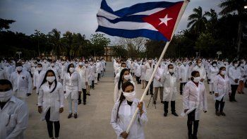 Una brigada de profesionales de la salud cubanos poco antes de viajara una misión para ayudar a frenar al coronavirus, en La Habana, Cuba, el 25 de abril de 2020.