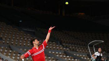 El serbio Novak Djokovic sirve en el encuentro ante Tennys Sandgren de los EEUU durante el partido de tenis individual masculino de la primera ronda del Roland Garros 2021 en París el 1 de junio de 2021