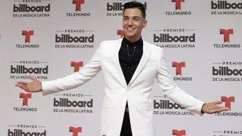"""En esta fotografía de archivo del 28 de abril de 2016 Luis Coronel llega a los premios Latin Billboard en Coral Gables, Florida. Coronel lanzará su álbum """"Una historia más"""" el 22 de mayo de 2020."""