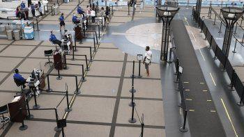 Fotografía de archivo de una persona dirigiéndose al punto de revisión de seguridad norte en la principal terminal del aeropuerto internacional de Denver el miércoles 22 de julio de 2020 en Denver.