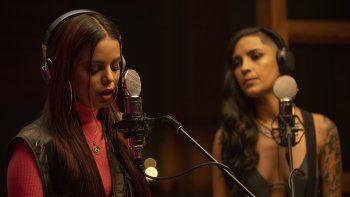 Escena de la serie de YouTube Bravas grabada en Puerto Rico, Miami y República Dominicana, con Natti Natasha como productora ejecutiva sobre dos cantantes urbanas en ascenso, que se estrena el 7 de octubre.