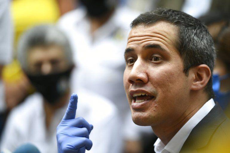 El presidente encargado de Venezuela Juan Guiadó habla a su llegada a la sede del partido político Acción Democrática (AD) en Caracas