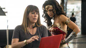 La directora Patty Jenkins, izquierda, y la actriz Gal Gadot en el plató de Wonder Woman 1984 en una imagen proporcionada por Warner Bros. Entertainment.
