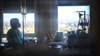 Una enfermera atiende a un paciente en una unidad de cuidados intensivos habilitada para los infectados con el nuevo coronavirus, COVID-19, en el Centre Hospitalier de lEurope en Le Port-Marly, cerca de París, el 4 de noviembre de 2020.