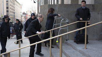 Harvey Weinstein sube las escaleras en la entrada de la corte mientras su abogada Donna Rotunno carga su andadera, el miércoles 8 de enero en Nueva York.