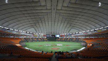 En esta foto del 19 de junio de 2020, los jugadores se reúnen previo a un partido de los Yomiuri Giants y los Hanshin Tigers en el Domo de Tokio. Las ligas profesionales de béisbol y fútbol permitirán la presencia de aficionados desde esta semana.