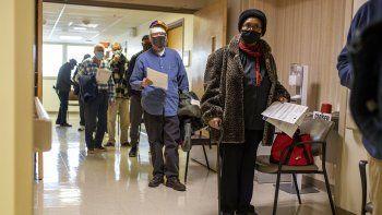 Donnie Richardson, una jubilada de la Fuerza Aérea de Estados Unidos de 70 años, espera en línea para vacunarse contra el COVID-19 en el Centro Médico VA de Filadelfia, el sábado 23 de enero de 2021.