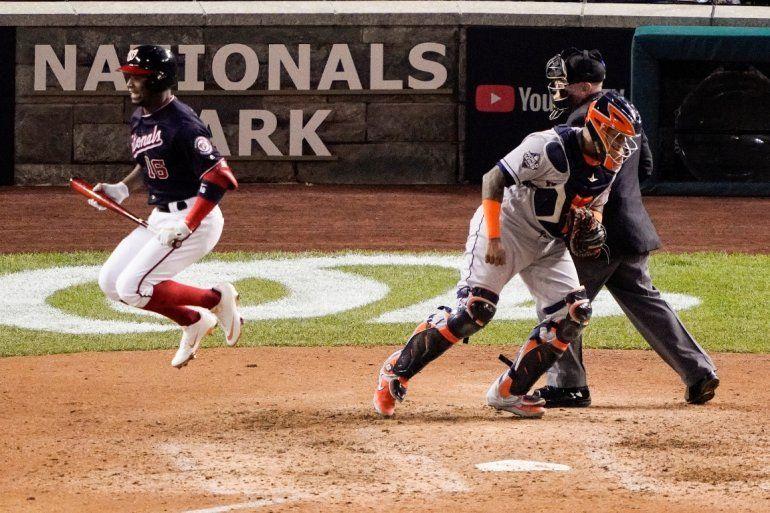 Víctor Robles de los Nacionales de Washington tras ser ponchado en el séptimo inning del quinto juego de la Serie Mundial