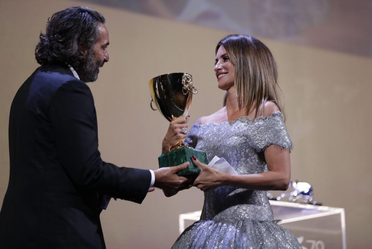 Penélope Cruz recogiendo su Copa Volpi en el Festival de Venecia por Madres paralelas, de Pedro Almodóvar.