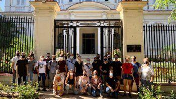 Un tuit del dramaturgo y actor Yunior García Aguilera muestra a los artistas frente el Ministerio de Cultura de Cuba este viernes 27 de noviembre, en La Habana.