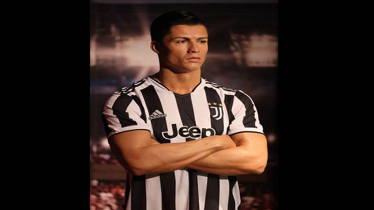 Una figura de cera del futbolista portugués Cristiano Ronaldo se presenta en el recién inaugurado Madame Tussauds en Dubai, el 18 de octubre de 2021.
