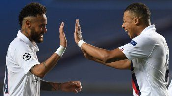 Neymar Jr. celebra con Mbappe el pase a semifinales del PSG luego de remontarle al Atalanta en cuartos de final de la Liga de Campeones el miércoles 12 de agosto de 2020