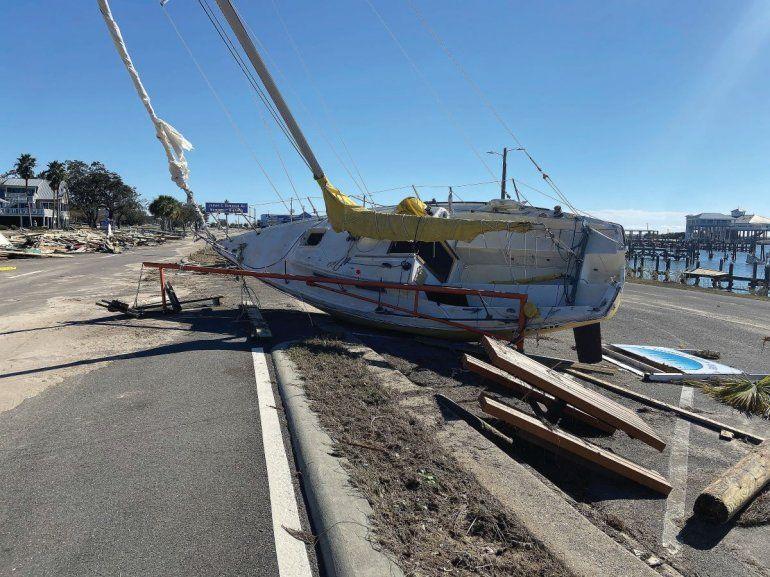 Un velero y diversos escombros levantados por una marejada ciclónica del huracán Zeta en medio de la autopista 90 en Pass Christian
