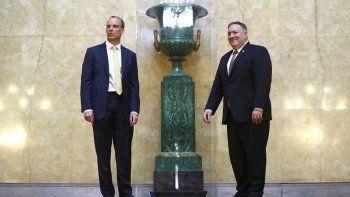 El secretario de Estado estadounidense Mike Pompeo, derecha, posa con el secretario del Exterior británico Dominic Raab en la Foreign Office, Londres, martes 21 de julio de 2020.