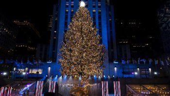 Más de 50.000 luces iluminan el árbol de Navidad de Rockefeller Center durante la ceremonia de encendido, el miércoles 2 de diciembre de 2020, en Nueva York.