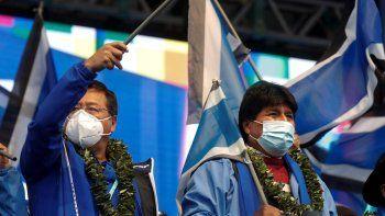 El presidente de Bolivia, Luis Arce, a la izquierda, y el expresidente Evo Morales, asisten al 26to aniversario del partido Movimiento al Socialismo, MAS, en La Paz, Bolivia, el lunes 29 de marzo de 2021. Morales anticipa cambios en el MAS luego de sus reveses en las recientes elecciones regionales, donde una dispersa oposición de centro y derecha se apuntó victorias.