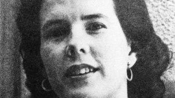 """En esta fotografía de archivo del 3 de mayo de 1965, Shirley Ann Grau es nombrada ganadora del Premio Pulitzer 1965 por su libro """"The Keepers of the House en la categoría de ficción en Nueva York. Su hija Nora McAlister dijo que la escritora falleció este lunes."""