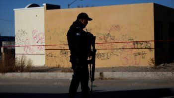 Policía vigila una escena del crimen donde atacantes desconocidos mataron a cuatro hombres en un garaje, según los medios de comunicación locales, en México