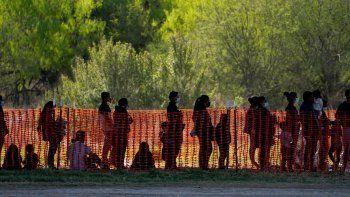 La foto de archivo del 19 de marzo de 2021 muestra a migrantes detenidos en instalaciones de la agencia Aduanas y Protección Fronteriza de EEUU en Mission, Texas.