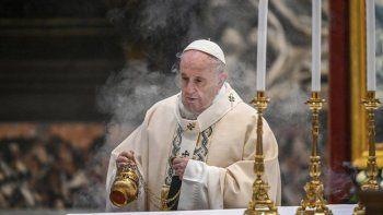 En esta imagen de archivo, tomada el 22 de noviembre de 2020, el papa Francisco pasa incienso sobre el altar durante una misa, en la Basílica de San Pedro, en el Vaticano.